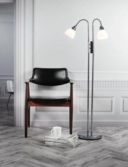 aranżacja - metalowa lampa podłogowa ze szklanymi białymi kloszami