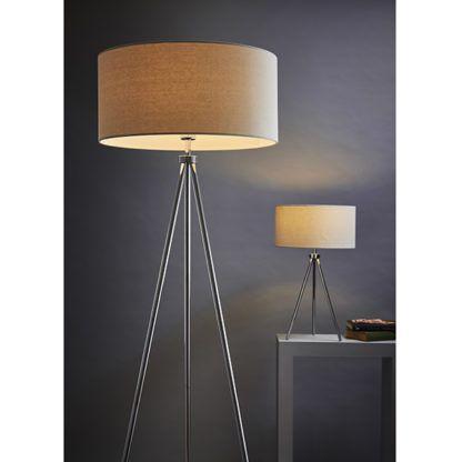 wysoka lampa podłogowa na srebrnym trójnogu,beżowy abażur - aranżacja