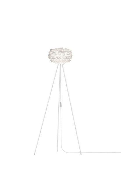 wysoka lampa podłogowa tripod z małym, białym kloszem, styl nowoczesny, skandynawski, klosz z piór