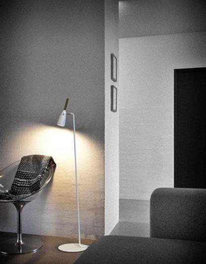 biała lampa podłogowa w stylu skandynawskim, klosz z drewnianym elementem, matowy -aranżacja