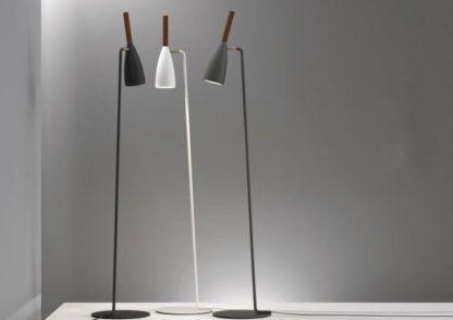 wysoka lampa podłogowa, smukła, prosta podstawa, matowe wykończenie
