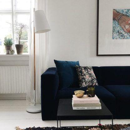 lampa podłogowa w stylu skandynawskim, biały klosz, drewniana podstawa - aranżacja salon
