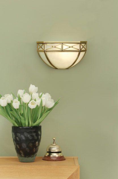 szklany ścienny kinkiet w kolorze białym ze złotymi zdobieniami