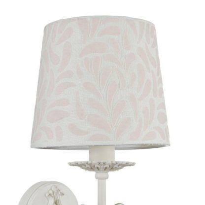 biały kinkiet z abażurem z różowymi wzorami
