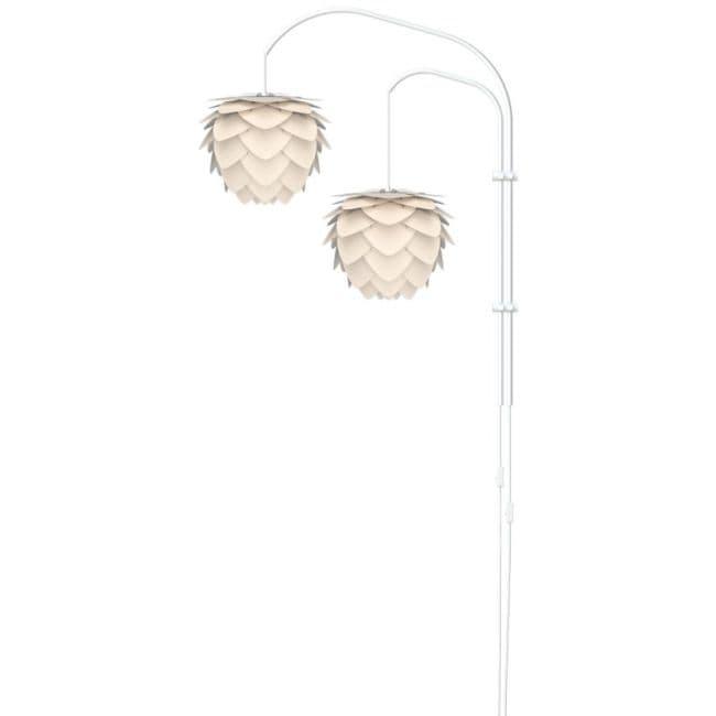 biała lampa ścienna, wysoka podstawa i dwa ramiona na dwa klosze, styl nowoczesny