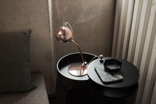 lampa biurkowa z kulistym kloszem, styl nowoczesny, miedziana - aranżacja