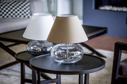 niska lampa stołowa z podstawą szklaną kulą bezbarwną