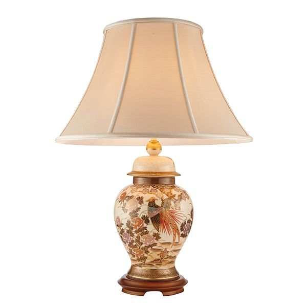 klasyczna wzorzysta lampa stołowa z jasnym abażurem