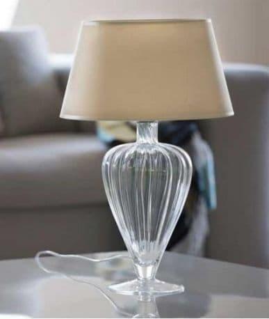 lampa stołowa w stylu modern classic, szklana, bezbarwna podstawa, beżowy abażur