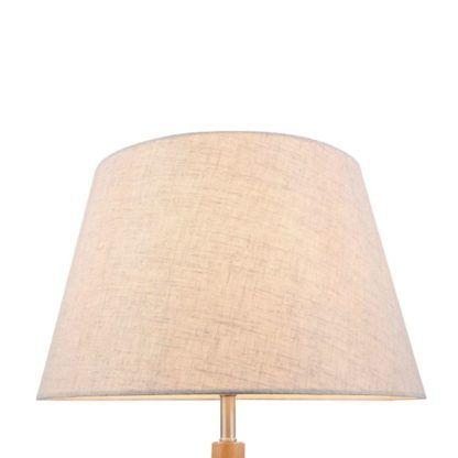 skandynawska lampa stołowa o klasycznym materiałowym kloszu w kolorze beżowym