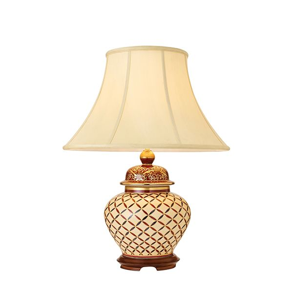 ceramiczna lampa z geometrycznym wzorem i złotem
