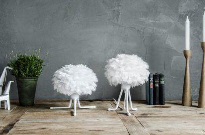 lampa podłogowa na trójnogu, biały klosz z naturalnych piór