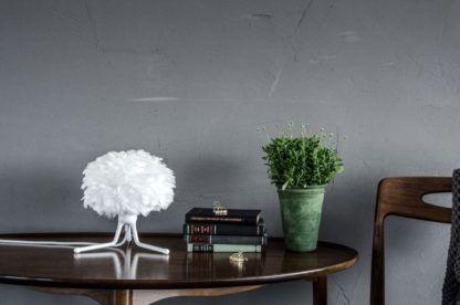 niewielka lampa stołowa na białym trójnogu, klosz biały z naturalnych piór - aranżacja