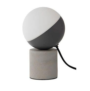 nowoczesna lampa stołowa na betonowej podstawie z kloszem w kształcie zamkniętej kuli z mlecznego szkła