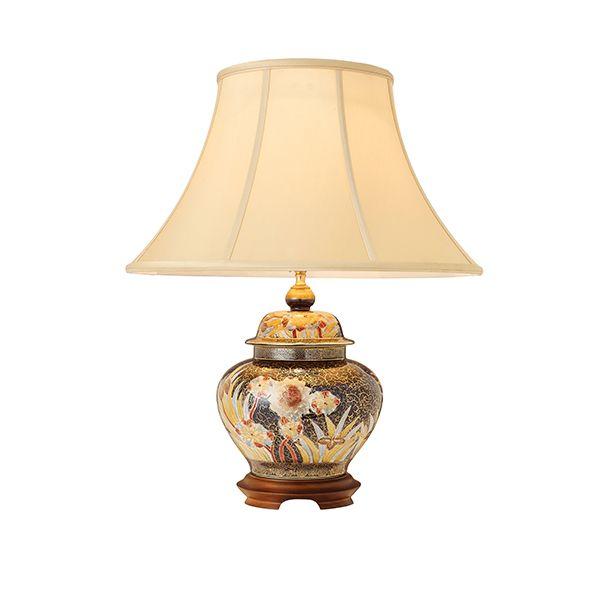 ceramiczna lampa stołowa z ręcznie malowanym wzorem i drewnianą podstawą