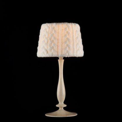 lampa wełniana z drewna stołowa do czarnej ściany