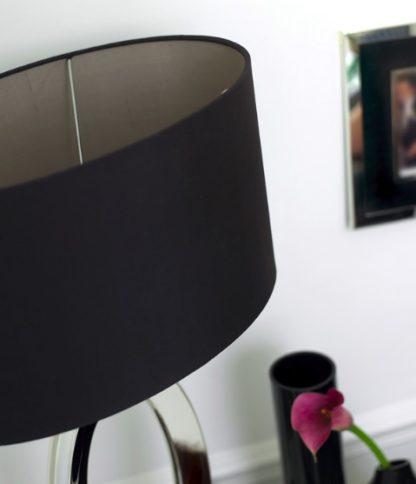 lampa stołowa w stylu modern classic z czarnym abażurem, elegancka i luksusowa