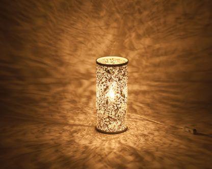 biały kinkiet w stylu nowoczesnym, ażurowy wzór, nastrojowe światło, dekoracja światłem