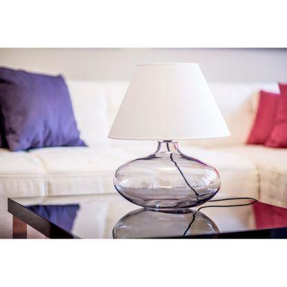 stylowa lampa stołowa ze szklaną podstawą, szkło barwione na szaro, biały abażur