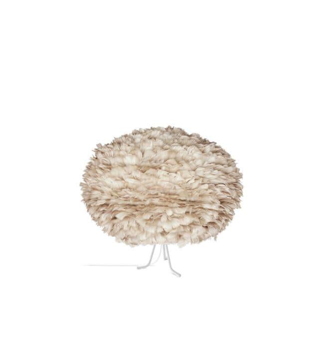 lampa stołowa na niskich nóżkach z dużym, jasnobrązowym kloszem. styl skandynawski, nowoczesny