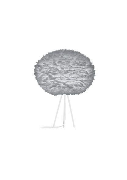 lampa stołowa w stylu skandynawskim, biały trójnóg i szary klosz z piór