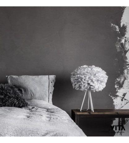 subtelna lampa stołowa, biały tripod, jasnoszary klosz z piór, kula - aranżacja szara sypialnia nowoczesna
