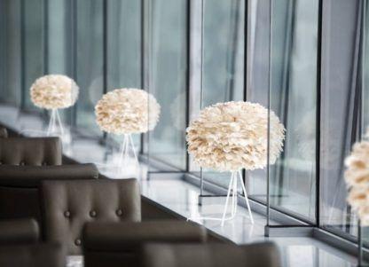 niewysoka lampa stołowa na białej podstawie, trójnóg, styl nowoczesny, klosz jasnobrązowa kula