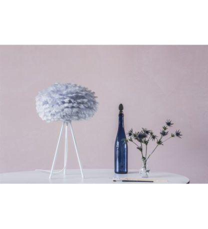 stylowa lampa stołowa na trójnogu, pastelowa kolorystyka, szary klosz - aranżacja