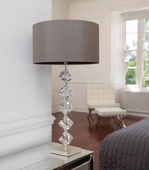 klasyczna lampa stołowa z kryształową podstawą - aranżacja salon