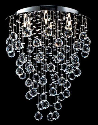 lampa sufitowa z wieloma wiszącymi krysztalami i kulkami szklanymi