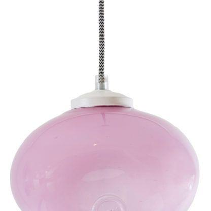lampa z kloszem w kolorze pastelowego różu. Szklany klosz, biało-czarny oplot