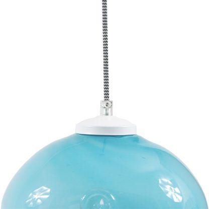 błękitna lampa wisząca wykonana ze szkła, klosz w formie kuli