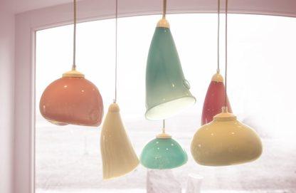 piękna lampa z barwionego szkła wyprodukowana w Polsce