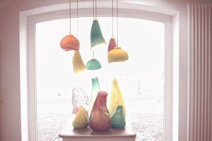 mała lampa wisząca ze szklanym kloszem