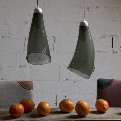 szara lampa wisząca z barwionego szkła, klosz w kształcie rogu, styl industrialny