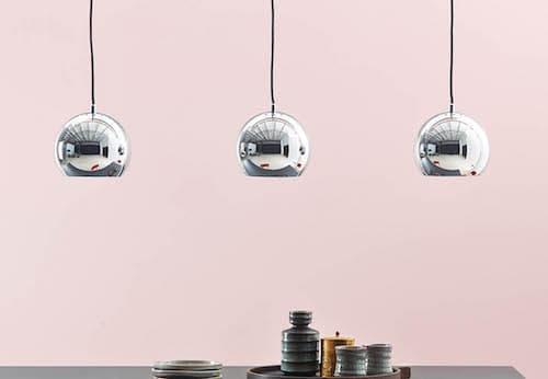 nowoczesna lampa szynowa, srebrne kule wykończone w połysku