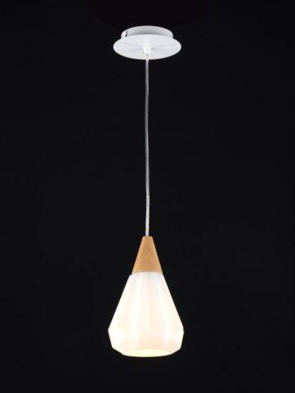 nowoczesna lampa wisząca biała z drewnianym detalem i srebrną podsufitką