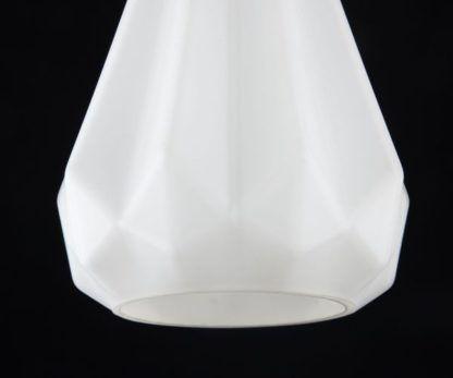 mała lampa wisząca o matowym kloszu w kolorze białym