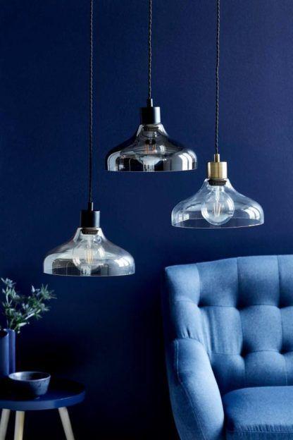 aranżacja - lampa wisząca ze szkła z metalowymi dodatkami