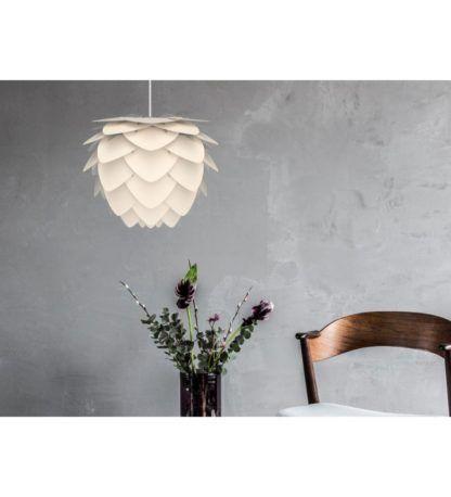 nowoczesna lampa wisząca, klosz z białych płatków - aranżacja z betonem