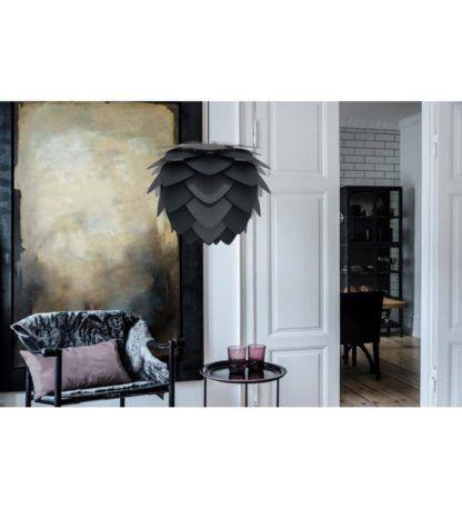 lampa wisząca w stylu nowoczesnym, czarny klosz z płatków - aranżacja salon