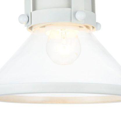 szklana lampa wisząca z białymi zdobieniami