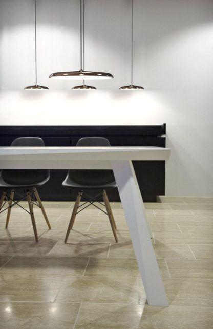 cienka lampa wisząca w stylu nowoczesnym, nad stół, do jadalni - aranżacja