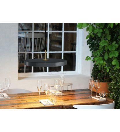 lampa wisząca z grafitowym, płaskim kloszem, lampa nad stół - aranżacja jadalnia skandynawska