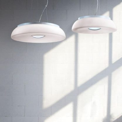 okrągła lampa wisząca w kolorze białym i srebrnym - aranżacja