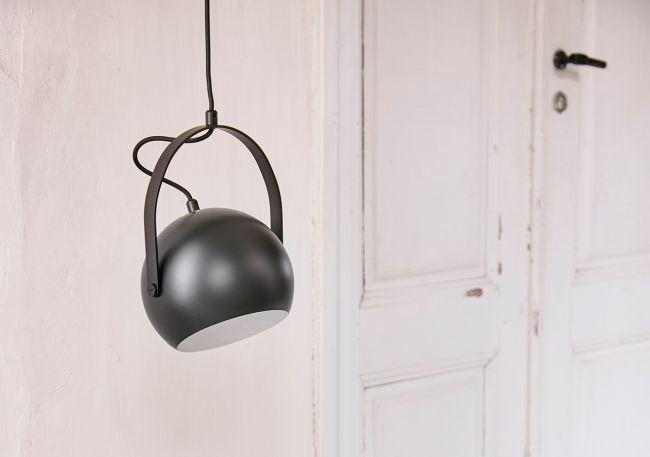 lampa wisząca, czarna kula z uchwytem, styl industrialny, inspiracja reflektorem