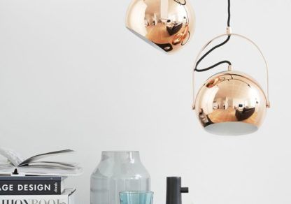 miedziana lampa wisząca, okrągły klosz, połyskujące wykończenie, kula z uchwytem