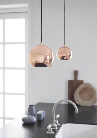 lampa wisząca, klosz mała kula w kolorze miedzi, styl skandynawski, nowoczesny