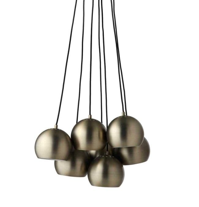 lampa z kloszami z kształcie kul, mosiądz - aranżacja szary salon