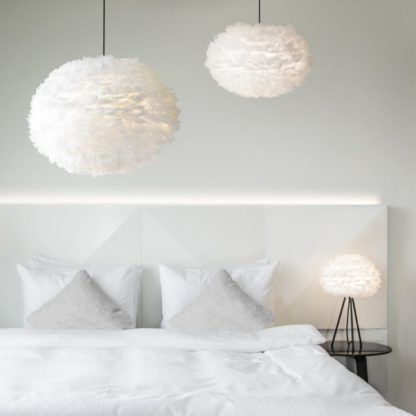biała lampa z naturalnych piór, styl skandynawski - aranżacja biała sypialnia